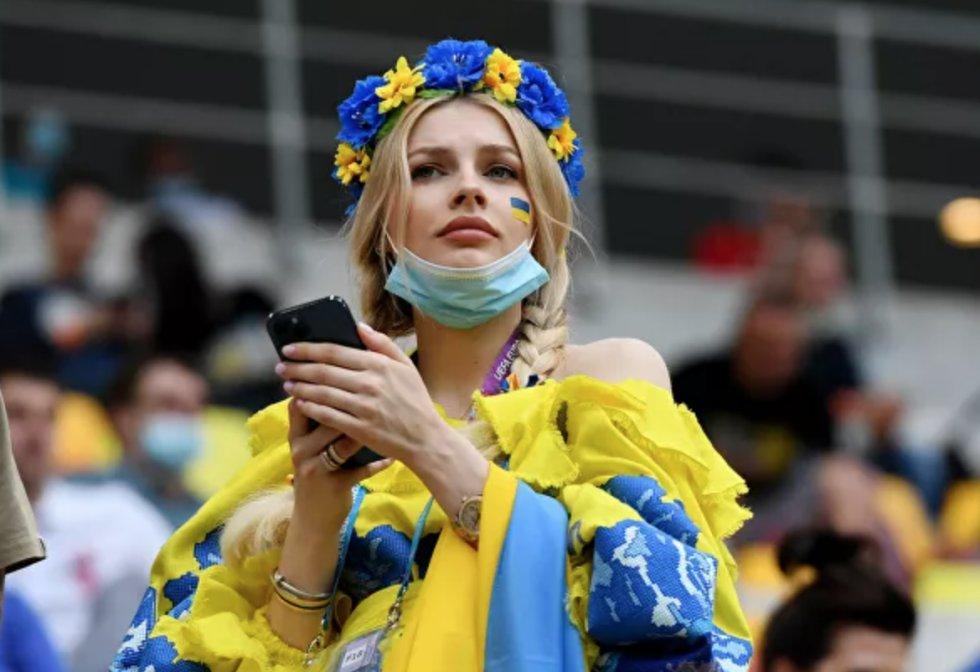Aficionada ucraniana durante el partido de la fase de grupos de la Eurocopa 2020 entre las selecciones de Ucrania y Macedonia del Norte en Bucarest, que terminó con una victoria de 2-1 para los ucranianos.