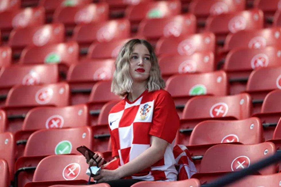 Fanática croata antes del partido de la fase de grupos de la Eurocopa 2020 entre las selecciones de Croacia y la República Checa en Glasgow, que terminó en empate.