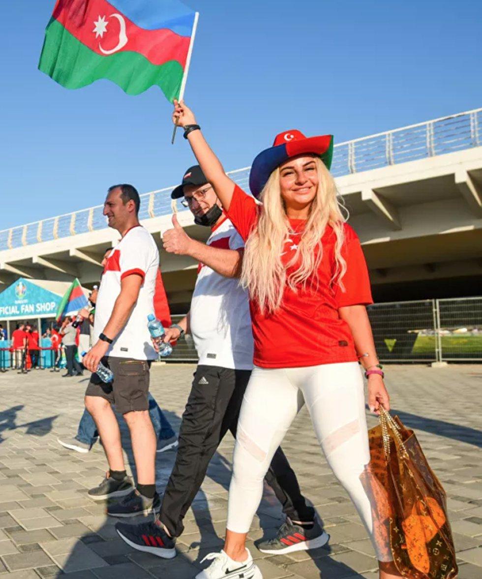 Fanática turca antes del partido de la fase de grupos entre las selecciones nacionales de Turquía y Gales en un estadio en Bakú, Azerbaiyán.