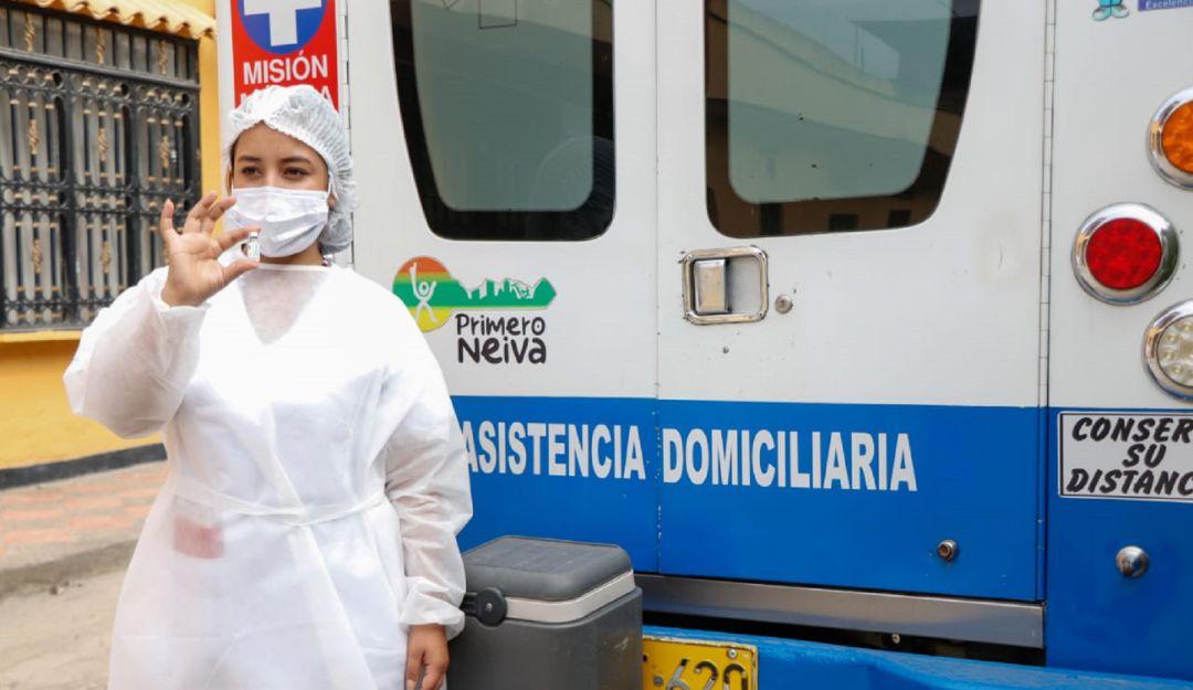 Amanda Guevara Murcia, residente en el barrio Rojas Trujillo, es la primera persona inmunizada por parte de la ESE Carmen Emilia Ospina.