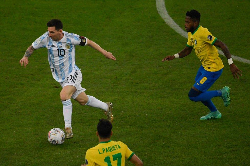 Messi, perseguido por Fred y Paquetá