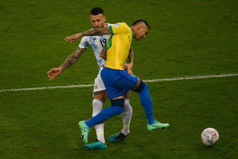 Nicolas Otamendi y Everton