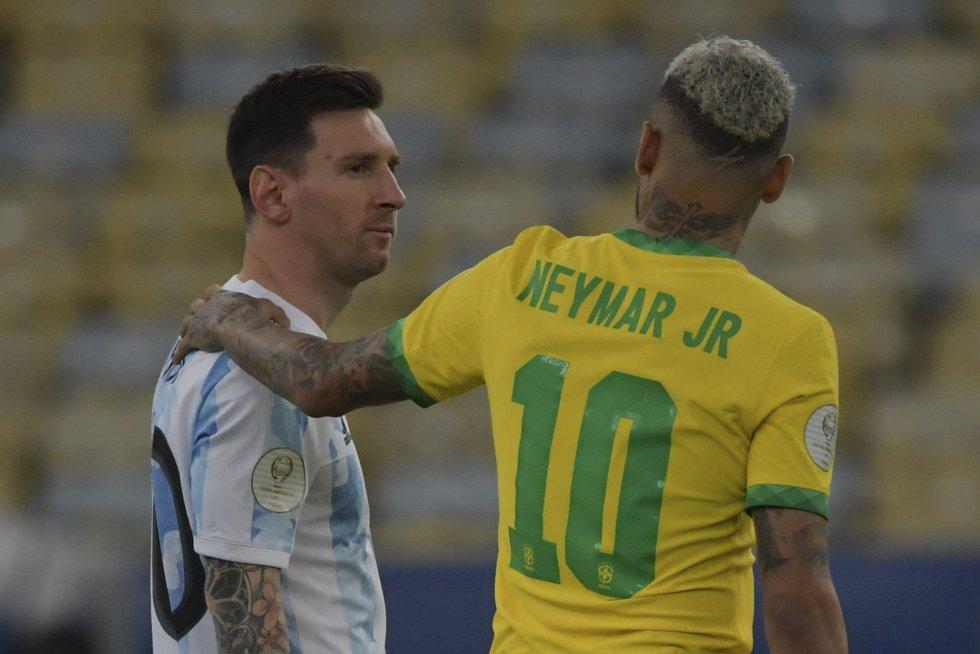 Messi y Neymar en el saludo previo al inicio del juego