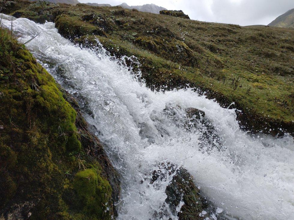 Grandes chorros de agua fluyen a toda marcha por los ríos que nacen en el páramo del Almorzadero, ecosistema que surte de recurso hídrico a 19 municipios de Santander, Norte de Santander y Boyacá