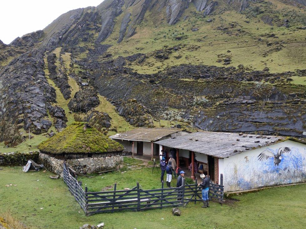 En la zona del Mortiño del páramo del Almorzadero, sigue en pie una antigua choza construida con frailejones hace cientos de años. El cóndor de los Andes hace parte de murales pintados en las viviendas de la zona.