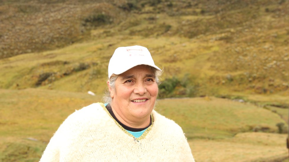Rosalba Rojas es una de las 11 mujeres que conforman 'Las Frailejonas' de Sumapaz, un grupo que hace obras de teatro con historias de los frailejones, lagunas y animales del páramo más grande del mundo. Esta campesina escribe poemas, coplas y cuentos con la historia del ecosistema