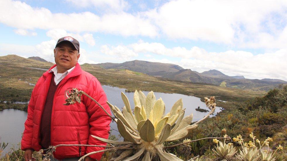 Miguel Ángel Rodríguez es el guardabosques del páramo de Guerrero, trabajo que desempeña desde 2008. Es el guardián del nacimiento del río Guandoque, la principal fuente que alimenta al embalse del Neusa, el cual surte de agua al norte de Bogotá