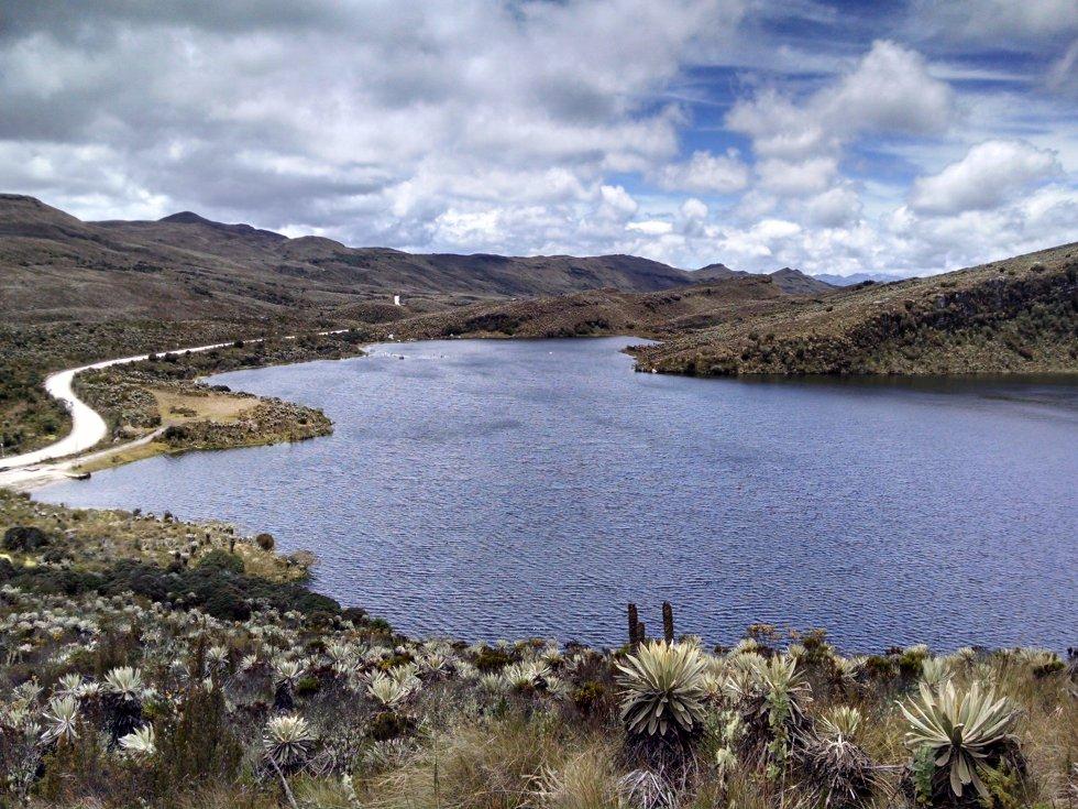 La laguna de Los Tunjos marca el inicio de Sumapaz, el páramo más grande del mundo. En este cuerpo de agua sagrado para los muiscas nace el río Tunjuelo, afluente que en su paso por Bogotá pierde toda su pureza