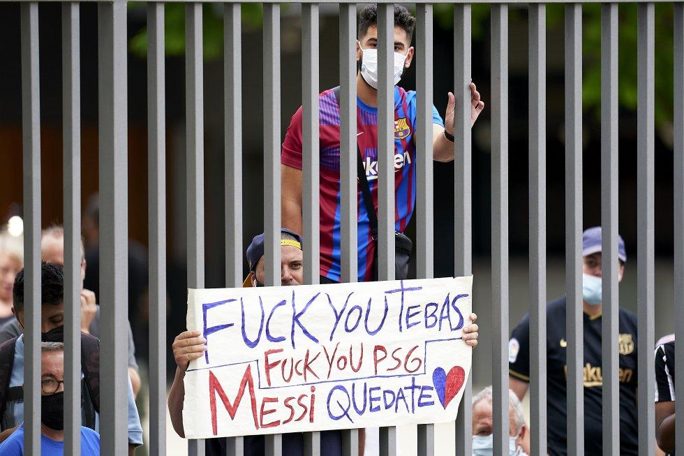 Seguidores del Barcelona a las afueras del evento de despedida de Messi