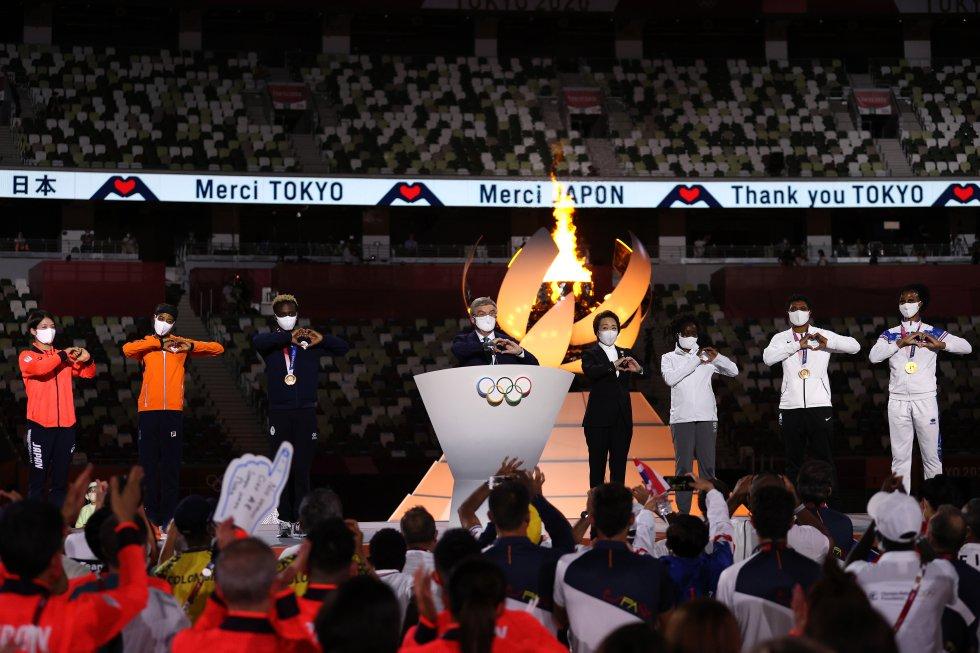 Palabras del presidente del Comité Olímpico Internacional acompañado de deportistas de los continentes