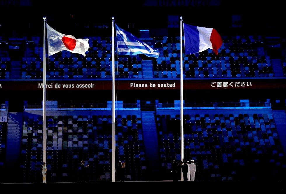 Banderas, de Japón, Grecia y Francia, esta última por ser la próxima sede de los Juegos Olímpicos
