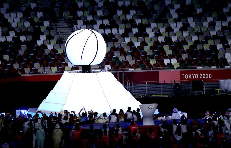 Cierre de la esfera que llevaba encendida la llama olímpica