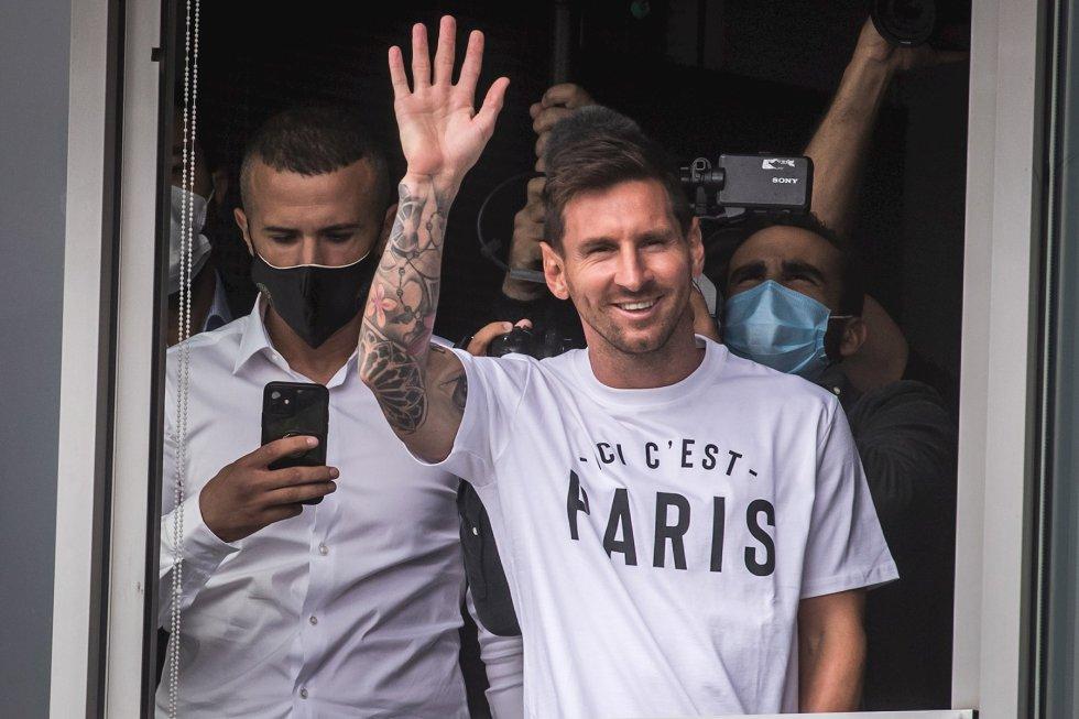 Fotogalería Messi París: Messi llegó a París y desató la locura en los hinchas del PSG