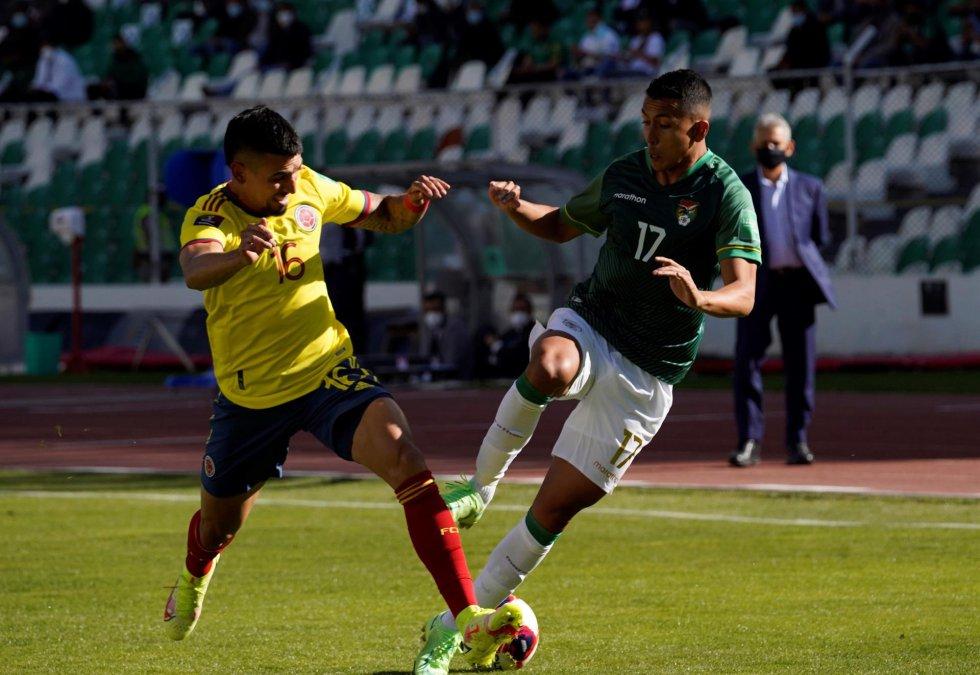 Daniel Muñoz y Roberto Fernández en un duelo por el balón