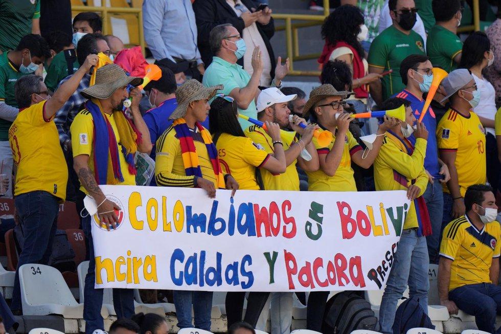 Hinchas de la Selección Colombia en el estadio Hernando Siles