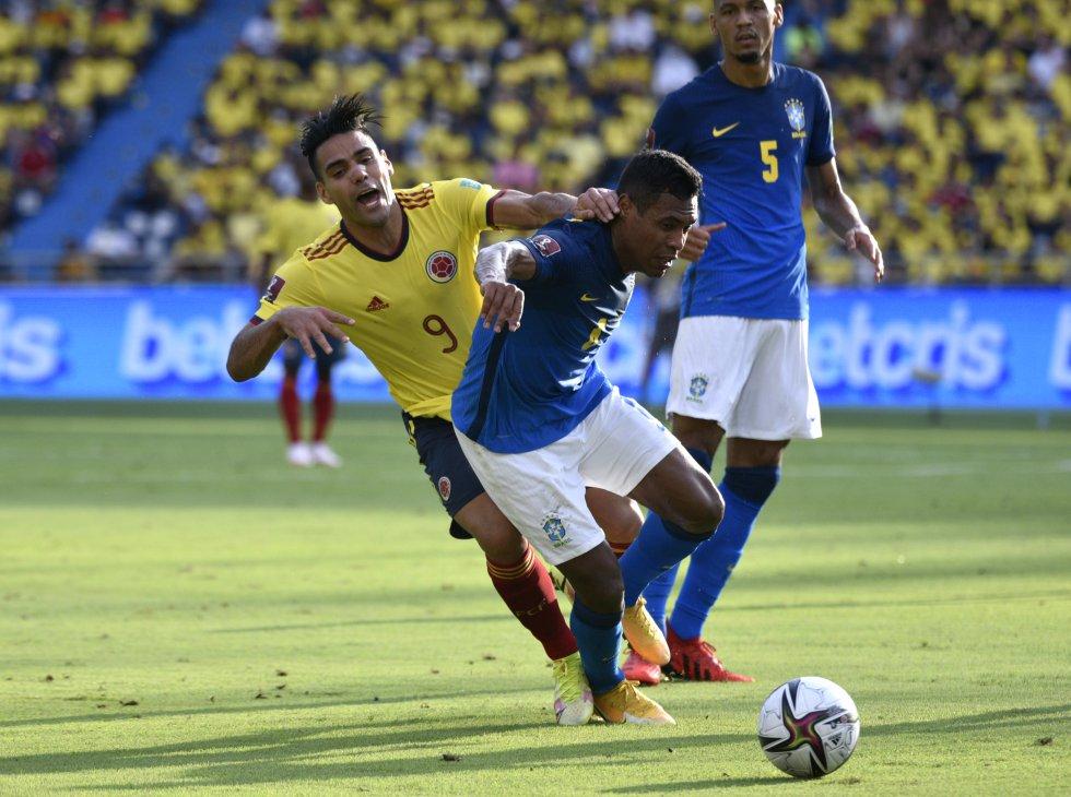 Falcao en un choque en la zona defensiva brasileña.